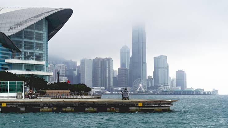 Das HKCEC mit Helilandeplatz direkt am Meer. Hier findet die Art Basel Hongkong statt. (Archivbild)