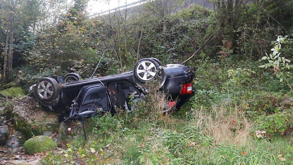 Führerloses Auto stürzt in Bachbett in Gontenbad
