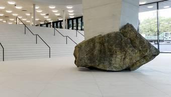 Sehr hübsch, aber auch sehr unpraktisch: Der neue Boden aus Feinsteinzeug-Platten im Foyer der St. Jakobshalle.