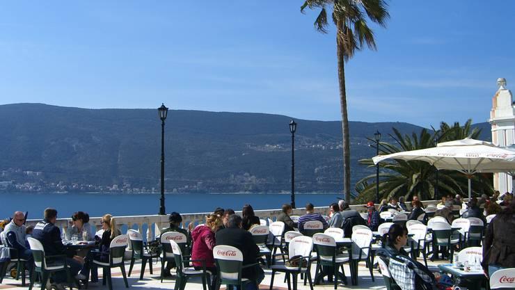 Ein Strassencafé in der Stadt Herceg Novi an der Küste von Montenegro.