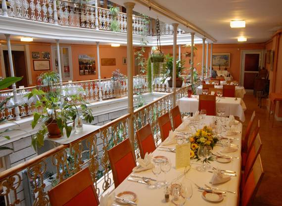 «Bitte Platz nehmen»: Dieser liebevoll gedeckte Tisch scheint nur auf Gäste zu warten, die genussvoll und mit Zeit zur Musse tafeln wollen.
