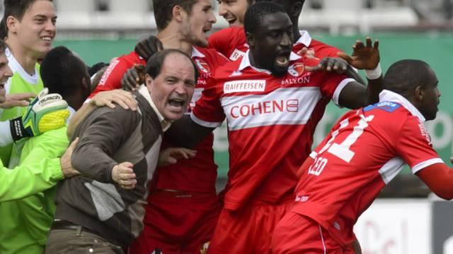 Kollektiver Jubel mit Trainer Ponte nach dem 1:0-Sieg in Lausanne.