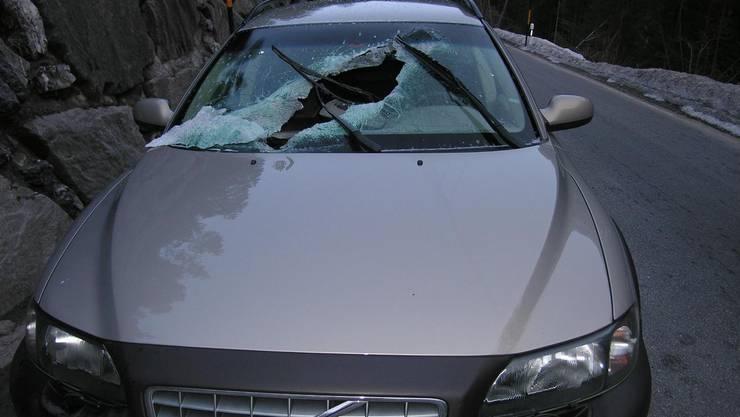 Stein fällt auf Auto (Symbolbild).