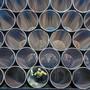 Ein Mitarbeiter prüft im Hafen von Mukran Rohre für die Pipeline Nord Stream 2.