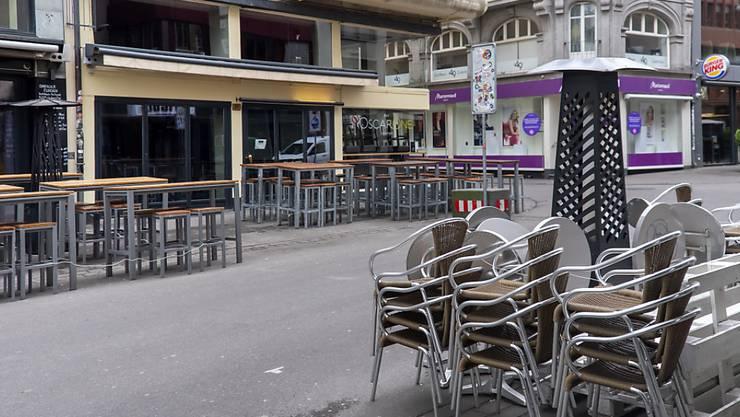 Schweizerinnen und Schweizer machen sich immer mehr Sorgen um ihre finanzielle Situation - im Bild wegen der Coronakrise geschlossene Restaurants in der Steinenvorstadt in Basel.