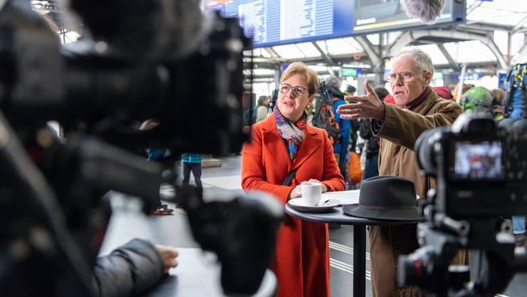 Edith Graf-Litscher und Moritz Leuenberger bei den Dreharbeiten am Zürcher Hauptbahnhof.