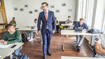 Erziehungsdirektor Conradin Cramer beim Schulbesuch im Gymnasium Kirschgarten.