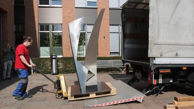 """Gestern wurde das Modell der Plastik """"Joy"""" des Künstlers Josef Staub im Dietiker Stadthaus angeliefert."""