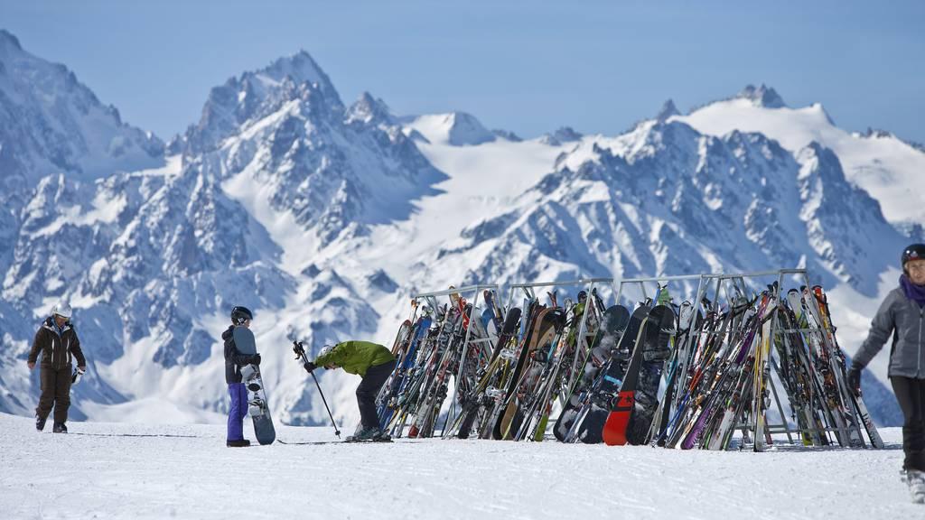 Freiburg und Wallis halten Skigebiete vorerst offen