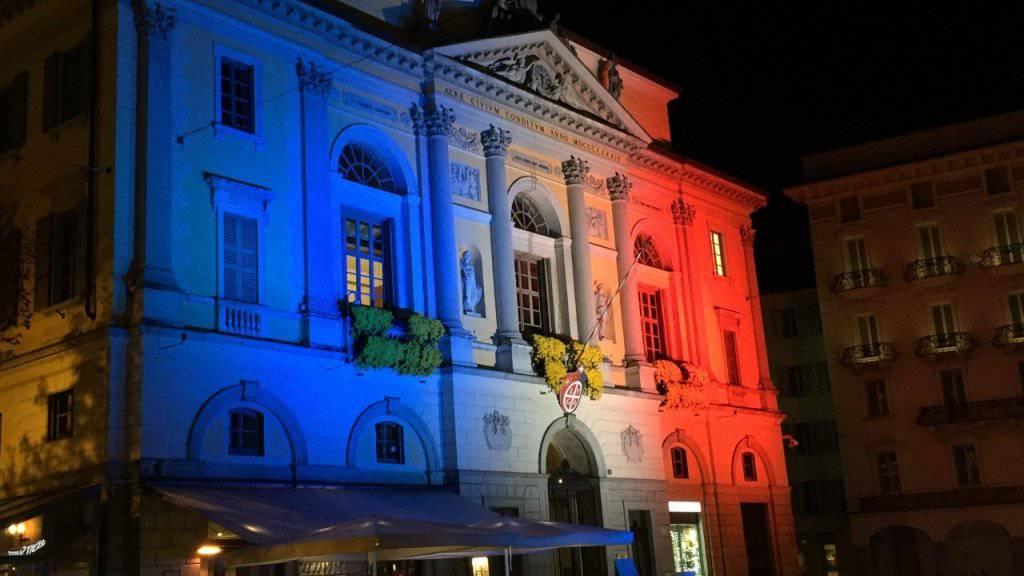 Auch das Tessin trauert um die Opfer in Paris. Am Dienstagabend erstrahlte der Palazzo Civico in Lugano in den Farben der französischen Trikolore.