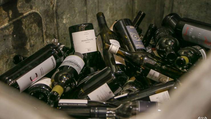Flaschen leer: Wer verkostet leert den Wein mit Vorzug nicht in sich selber rein – sondern in den Spucknapf.