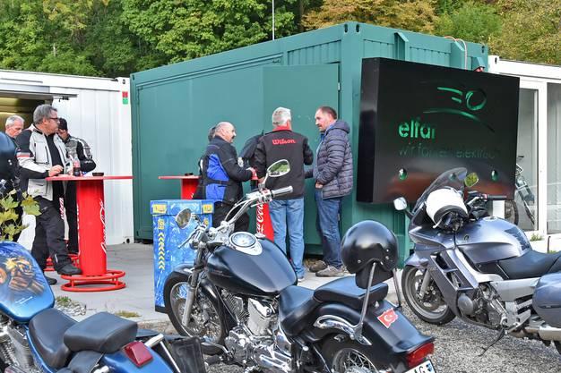 Die Motorradfahrer stehen vor dem Restaurant Isebähnli.