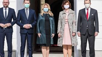 Bei der formellen Vereidigungszeremonie durch Staatspräsidentin Zuzana Caputova (Mitte) in der slowakischen Hauptstadt Bratislava trugen alle neuen Amtsträger einen Mundschutz.