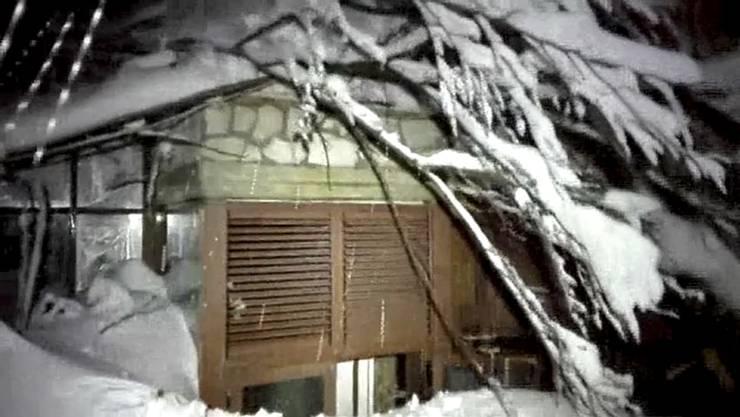 Mehrere Menschen sind in Farindola am Gran-Sasso-Massiv in der mittelitalienischen Bergregion Abruzzen ums Leben gekommen, nachdem eine Lawine ein Hotel mit 27 Personen getroffen hat.