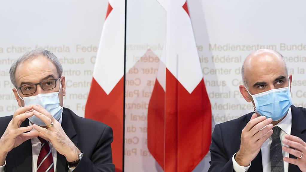 Bundespräsident Guy Parmelin (links) und Gesundheitsminister Alain Berset warnen vor einer Ablehnung des Covid-19-Gesetzes.