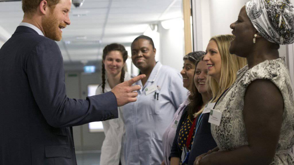 Prinz Harry scherzt mit dem Personal beim Besuch im HIV-Spital in London.