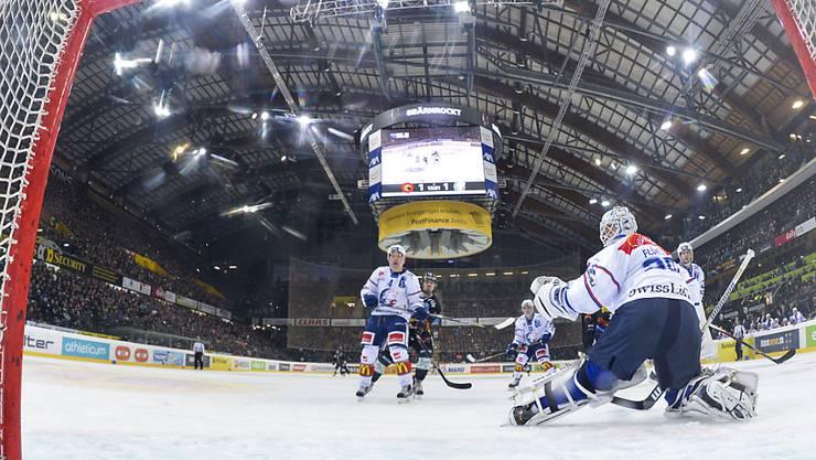 ZSC-Hüter Lukas Flüeler muss bei seinem Comeback das 1:2 von Tristan Scherwey hinnehmen