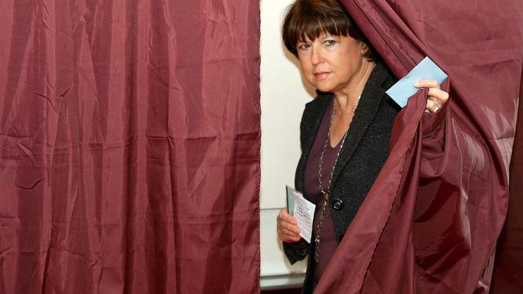 Martine Aubry, France's Socialist Party first secretary, leaves a polling booth in the second round of regional voting in Lille March 21, 2010. The centre-right UMP party faces heavy losses in regional elections on Sunday that could affect the pace of reforms as manoeuvring begins before the 2012 presidential campaign.  REUTERS/Pascal Rossignol     (FRANCE - Tags: POLITICS ELECTIONS)