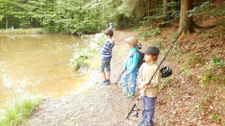 Gespanntes Warten der Kinder. Bald wird gefischt