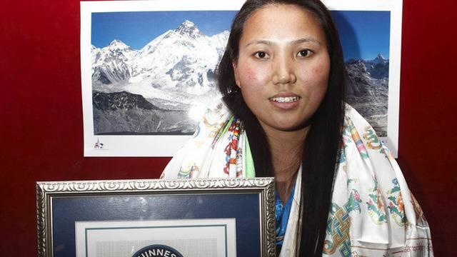 Die Nepalesin Chhurim Sherpa zeigt ihr Zertifikat