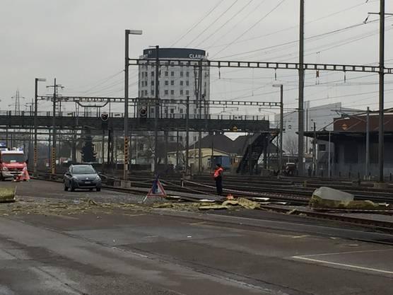 Die Explosion schleuderte ganze assadenteile auf die Gleise beim Bahnhof Pratteln.
