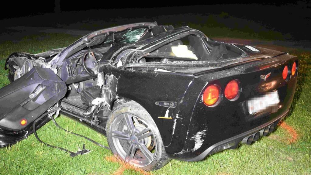 Der Sportwagen überschlug sich beim Unfall mehrmals und landete in einer Wiese.