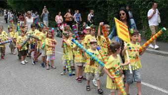 Eine bunte Indianergruppe darf am Jugendfestumzug nicht fehlen.