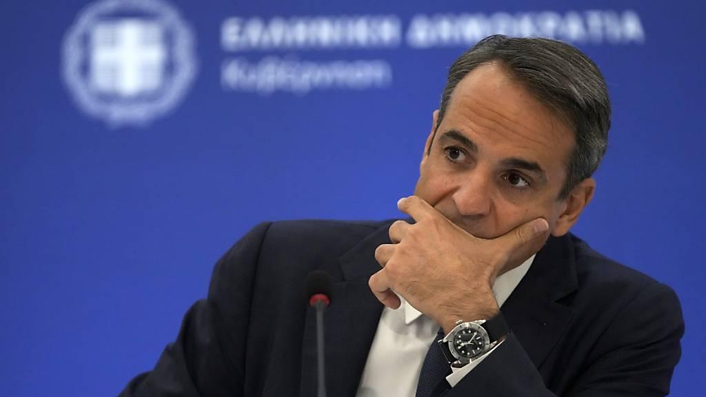 Kyriakos Mitsotakis, Premierminister von Griechenland, hört sich während einer Pressekonferenz eine Frage an. Foto: Thanassis Stavrakis/AP/dpa