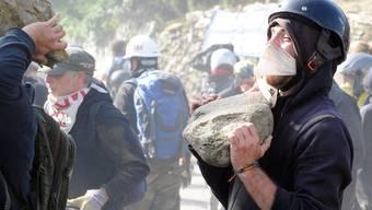 Schnellzug-Gegner werfen schwere Steine gegen die Polizei