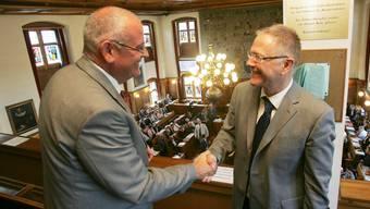 Markus Kägi gratuliert seinem Nachfolger Thomas Faesi im September 2007 zu dessen Wahl.