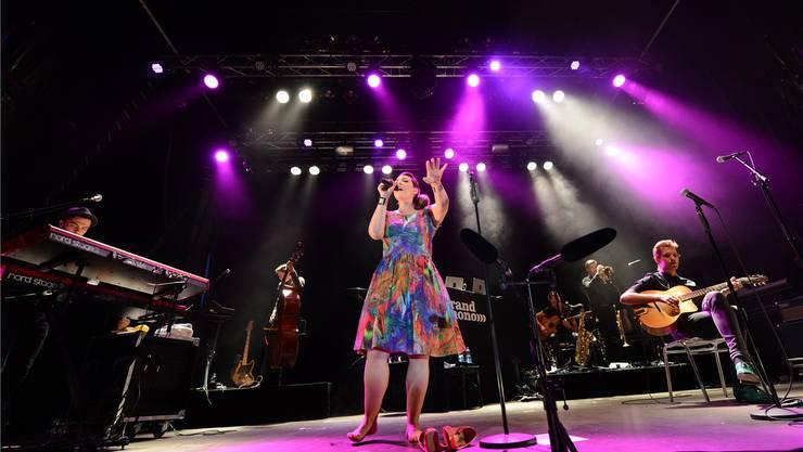 Erst mal die roten Lackpumps ausgezogen: Caro Emerald (Mitte) ist am Samstagabend in Liestal der grosse Star.