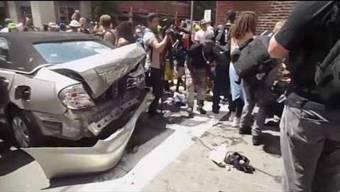 Bei einer gewalttätigen Demonstration gegen Ultra-Rechte im US-Bundesstaat Charlottesville ist ein 20-jähriger Autofahrer in die Gegenkundgebung gerast. Dabei wurde eine 32-jährige Frau getötet.