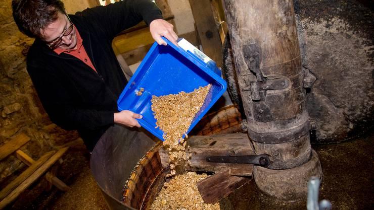 In der Grabenöle Lüterswil wird aus den Baumnüssen Öl gepresst.