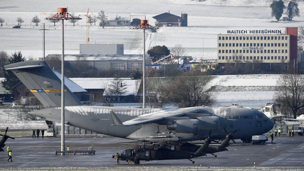Reges Treiben in Zürich: Zwei Black-Hawk-Helikopter und eine Lockheed warten auf die Ankunft von Biden. (KEYSTONE/Ennio Leanza)