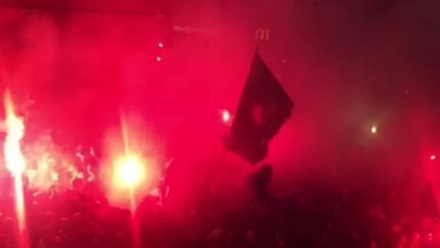 Die Fans auf dem Barfüsserplatz singen «Schwiizr Maischter, glaubed nid an Gaischter».