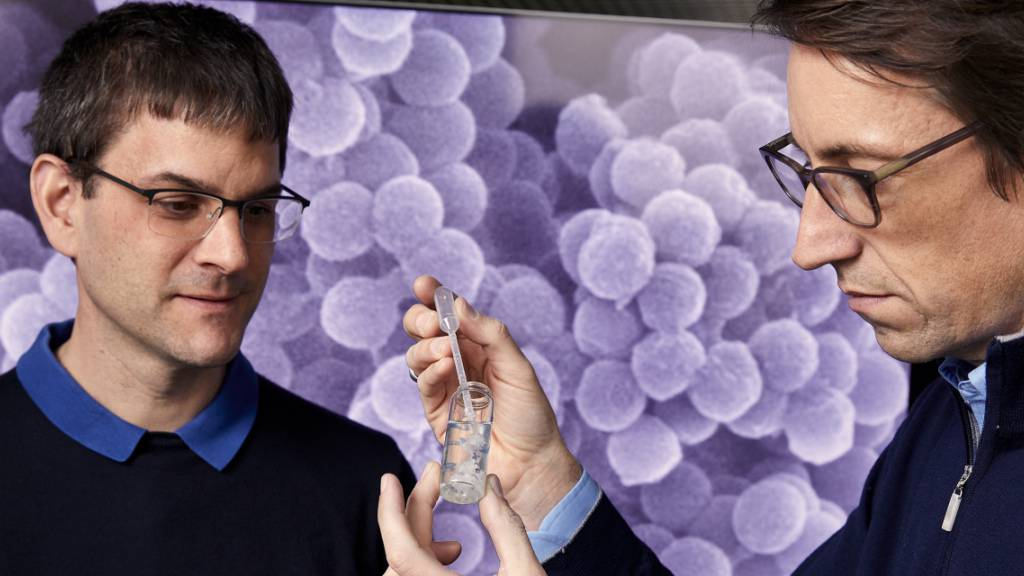 Die ETH-Professoren Wendelin Stark (links) und Robert Grass (rechts) wurden mit dem diesjährigen Europäischen Erfinderpreis in der Kategorie «Forschung» ausgezeichnet.