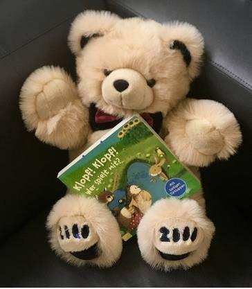 """Der """"Gschichte-Bär"""" bringt eine Geschichte mit."""