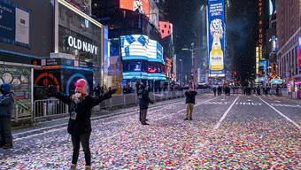 Jaclyn Bernstein, die zu den nur wenige Dutzend geladenen Gästen zählt, steht in den ersten Minuten des neuen Jahres im Konfettiregen auf dem Times Square. Foto: Craig Ruttle/FR61802 AP/dpa