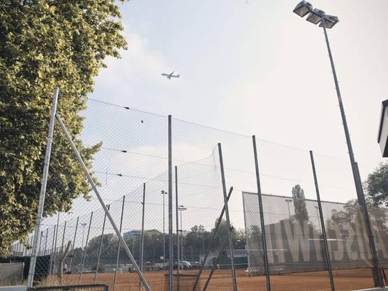 Zwischen dem Dorfbach und dem Gewerbezone reihen sich Tennisplätze verschiedener Clubs und acht Fussballfelder. Sie liegen direkt in der Anflugschneise des Euroairport.