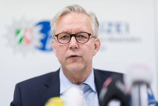 Dortmunder Polizeipräsident Gregor Lange informiert am Dienstagabend die Medien.