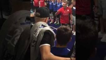 Arminia Bielefelds Co-Trainer Carsten Rump macht die Mannschaft vor dem 6:0-Sieg im Abstiegskampf gegen Eintracht Braunschweig heiss