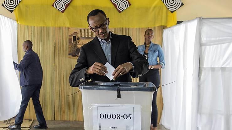 Ruandas Präsident Kagame bei der Stimmabgabe: Glaubt man der Wahlkommission, haben sich fast alle Stimmenden für eine Verfassungsänderung ausgesprochen, die Kagame eine Verlängerung seiner Regierungszeit ermöglicht.