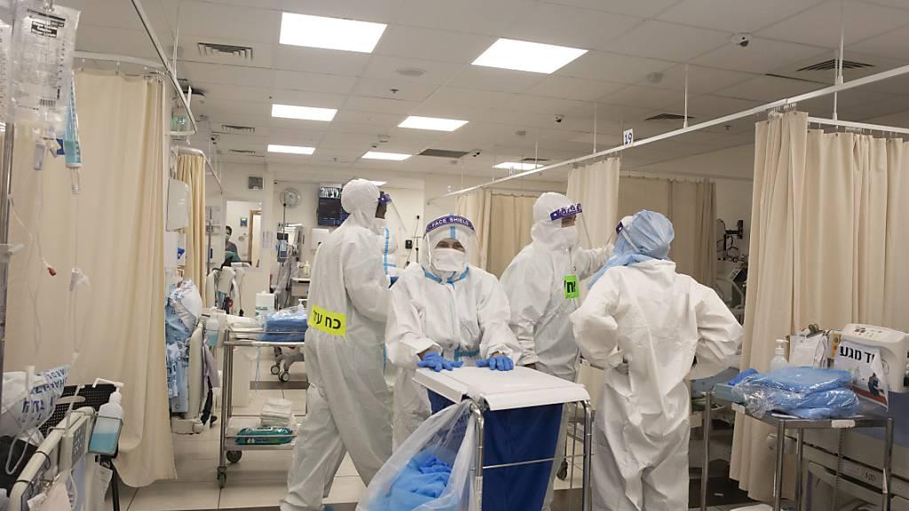 Medizinisches Personal in Schutzausrüstung arbeitet auf einer Corona-Station im Shaare Zedek Medical Center in Jerusalem. Foto: Maya Alleruzzo/AP/dpa