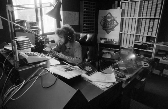 Moderator Walti Lutz im Studio in Cernobbio, Italien, 1982