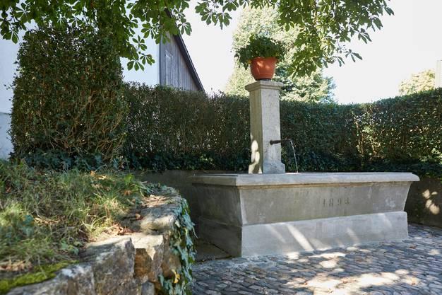 Das Wasser des Brunnens beim Turm (dem grössten Wehrturm des Kantons) stammt aus Deutschland: Erst seit dem Bau der Eisenbrücke mitsamt Wasserleitung über den Rhein zwischen 1885 und 1891 kann die Ortsbürgergemeinde Kaiserstuhl ihre Quelle auf der deutschen Rheinseite nutzen.