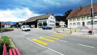 Sanierung: Die Fahrbahn wird verschmälert und in der Strassenmitte werden breite Schutzinseln mit Bäumen erstellt. (Bko)