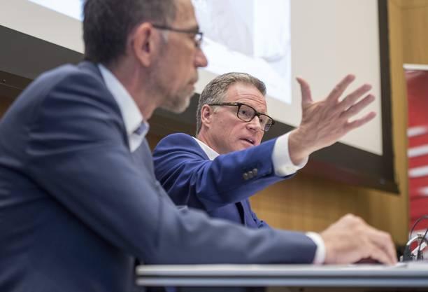 SBB-CEO Andreas Meyer (rechts) und Projektleiter Markus Geyer (links) präsentieren das neuste Programm «Railfit 20/30», mit dem Kosten gesenkt und die Wettbewerbsfähigkeit der SBB gestärkt werden soll.