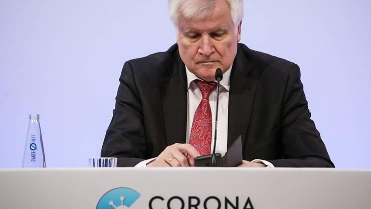 Die deutsche Corona-Warn-App hat wochenlang nicht richtig funktioniert. Der deutsche Innenminister Horst Seehofer wirft einen Blick auf die App. Nun sollen die Probleme behoben sein. (Archivbild)