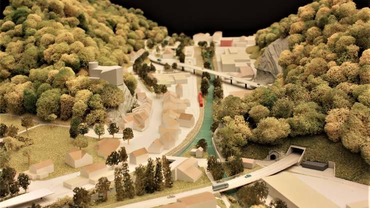 In diesem Modell ist die geplante Streckenführung durch die Klus via Viadukt und Tunnel gut erkennbar. Das Städtchen Klus wird vom grossen Verkehr befreit.