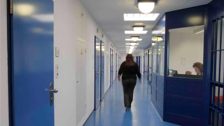 Hinter einer dieser Türen der Strafvollzugsanstalt Pöschwies sitzt Vierfachmörder Thomas N. – Eine Mitarbeiterin steht auf seiner Seite.Johanna Bossart